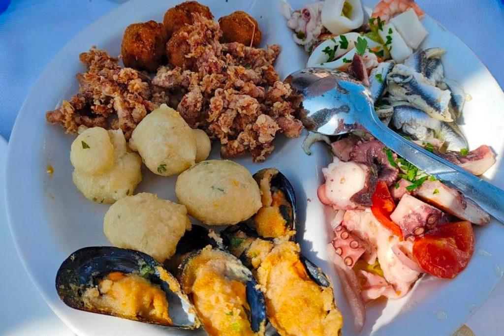 Antipasto di mare con cozze gratinate, polpo fritto, Pittole di pesce, insalata di polpo, alici marinate