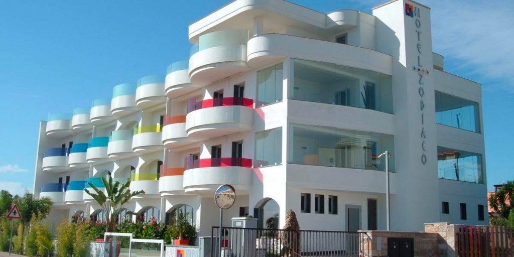 Hotel zodiaco, l'hotel con i vetri colorati di porto cesareo, vicino lido tabù