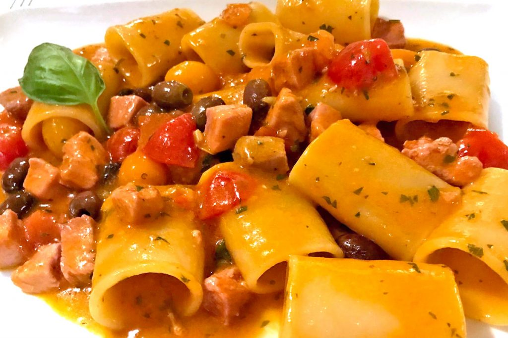 Paccheri ai frutti di mare con pomodorini olive e pesce spada