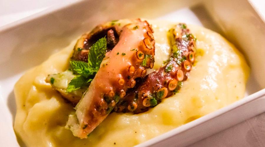 Polpo su vellutata di patate presso Masseria la zanzara a porto cesareo