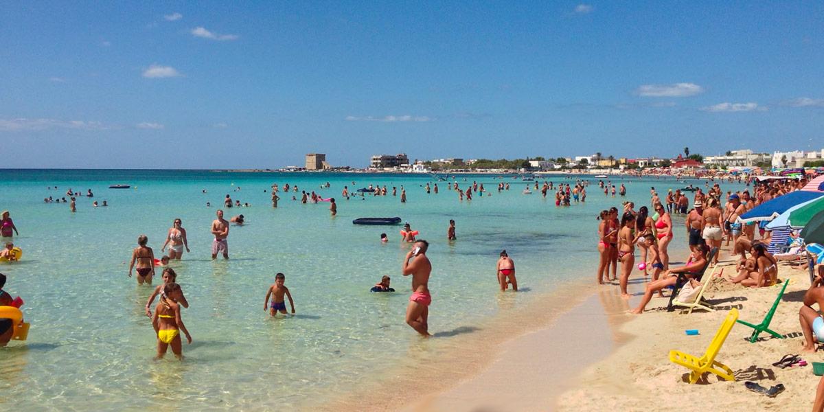 La spiaggia di torre lapillo durante il periodo estivo